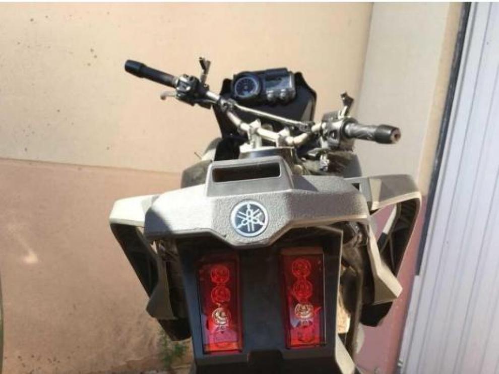 Estado en el que encontró el denunciante la motocicleta Yamaha, sin retrovisores ni intermitentes y con cuantiosos daños.