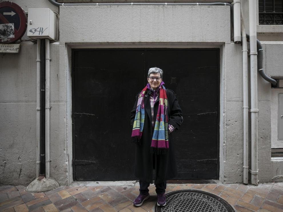 Lola González en la puerta trasera de Heraldo en la que su padre recogía los periódicos en los años cincuenta.