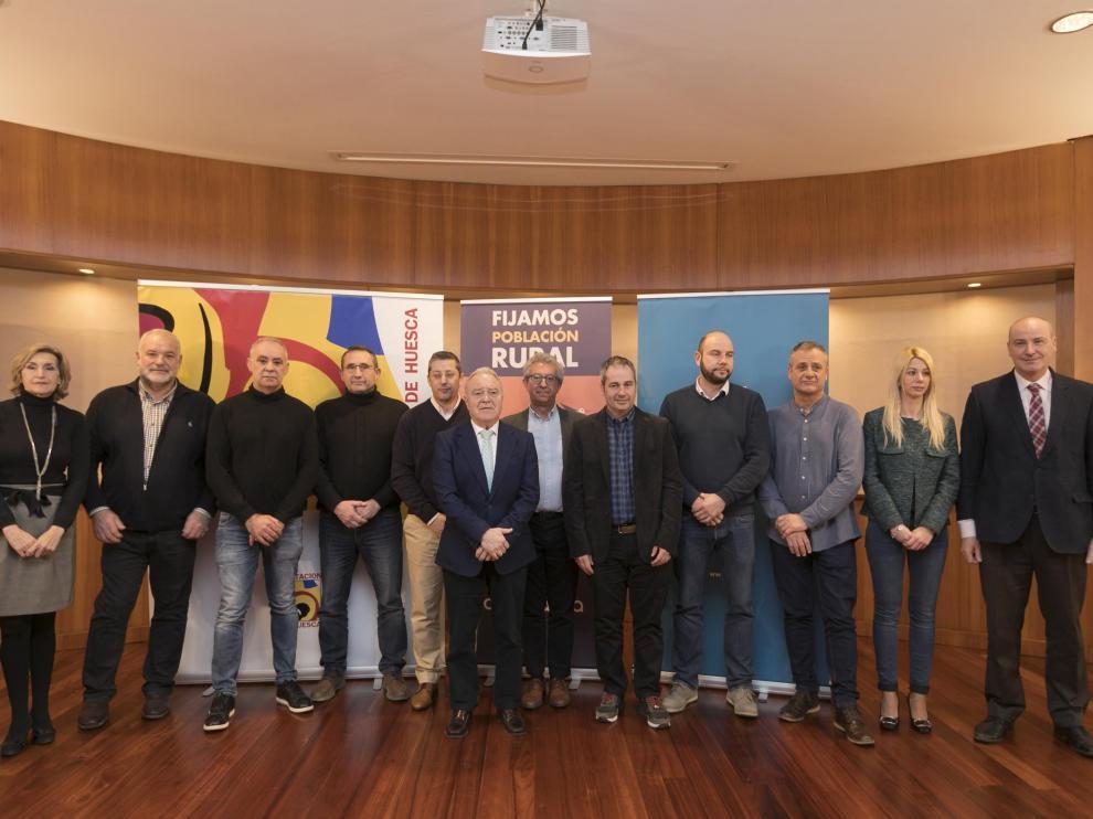 Los ocho alcaldes que han firmado el convenio para desarrollar el proyecto'Holapueblos' con representantes de la DPH, REE y Alma Natura