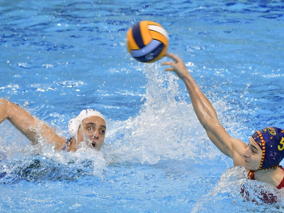 Tarragó efectúa un lanzamiento en el partido entre España e Italia del Europeo de waterpolo