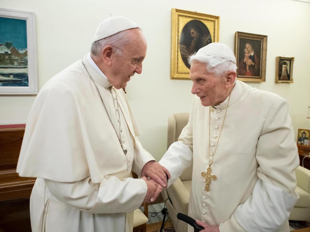 El papa Francisco y el emérito Benedicto XVI, en un encuentro en el Vaticano el 22 de diciembre de 2018.