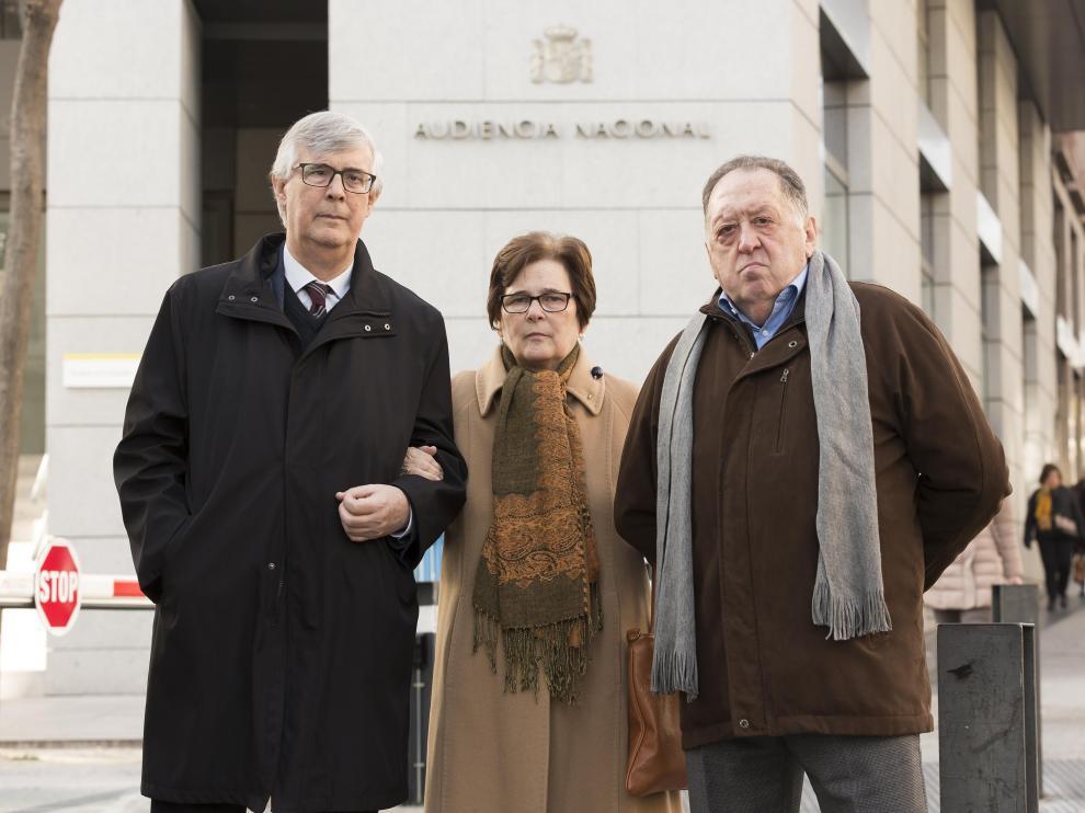 Francisco Cardona y Amparo Gil, padres de Francisco J. Cardona Gil, junto al abogado Lepoldo Gay.