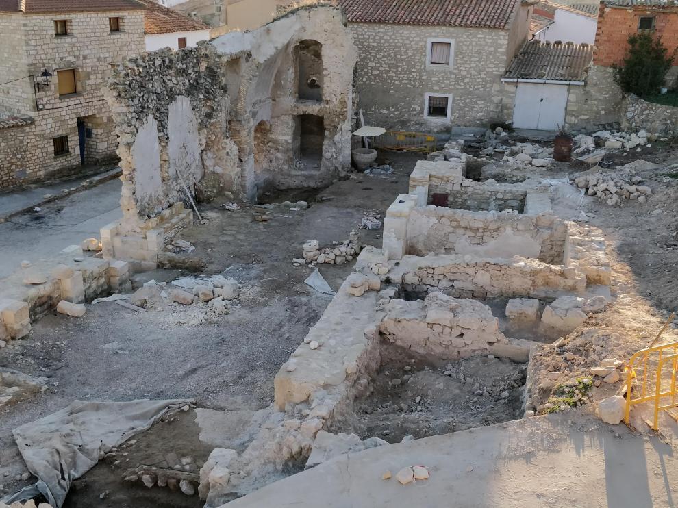 Vista de la excavación arqueológica. A la derecha, las estructuras de las capillas; al fondo, la pila bautismal