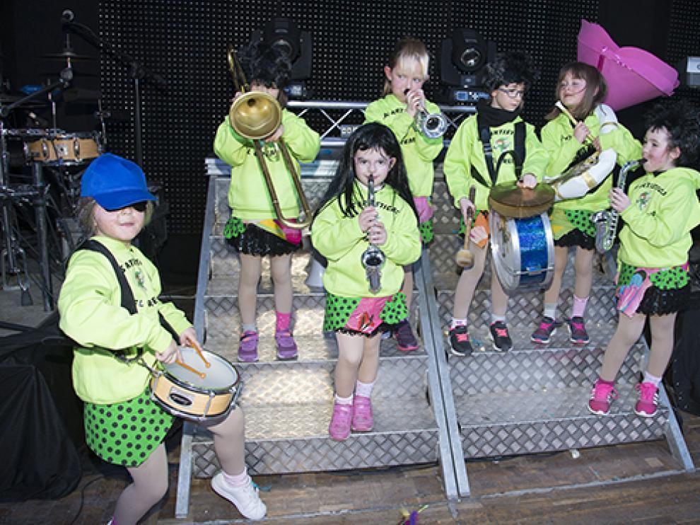 Pequeños y mayores participan en los carnavales ejeanos.