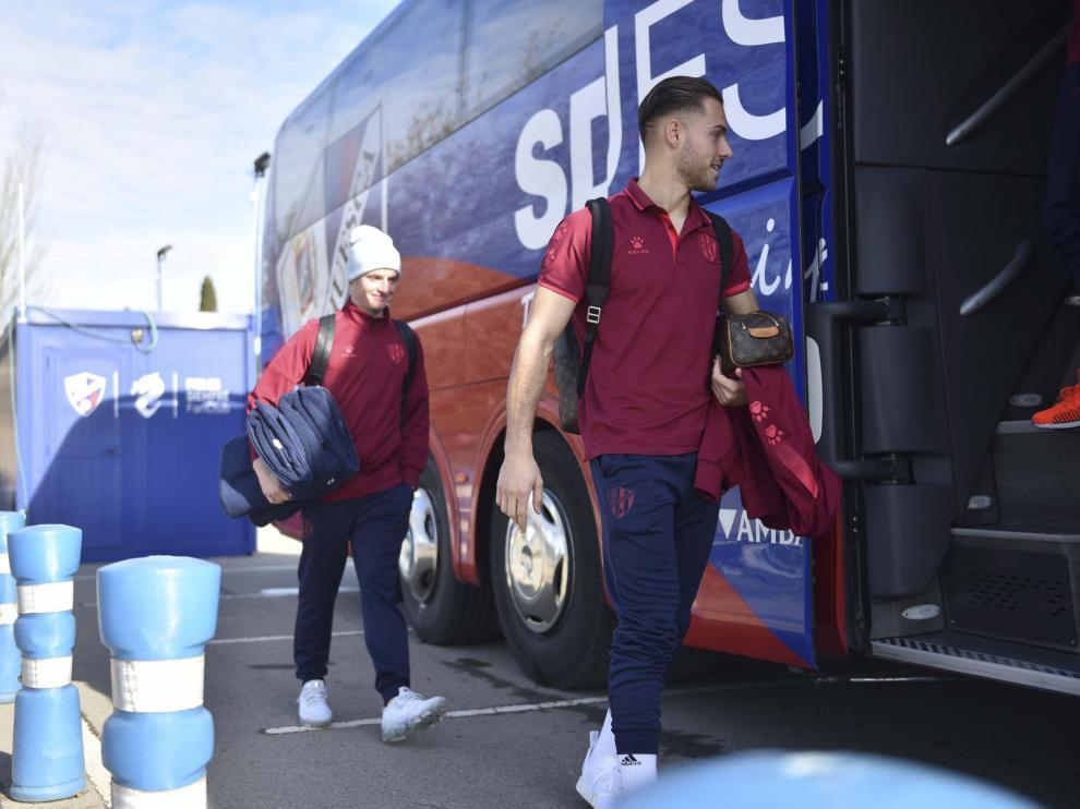 Álvaro Fernández y Sergio Gómez, camino del autobús de la SD Huesca para viajar a Oviedo