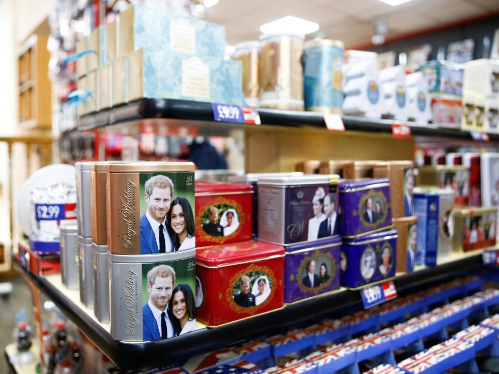 Una tienda de souvenir, cerca de Buckingham Palace, con artículos con la imagen de los duques de Sussex este domingo en Londres.