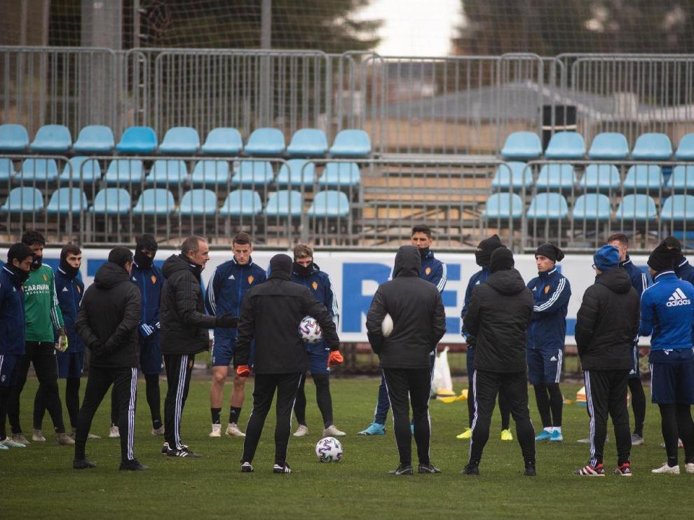 Víctor Fernández charla con la plantilla al inicio del entrenamiento de este domingo, inhabitual tras volver pocas horas antes de Miranda de Ebro sin jugar el partido de liga, suspendido por la lluvia.