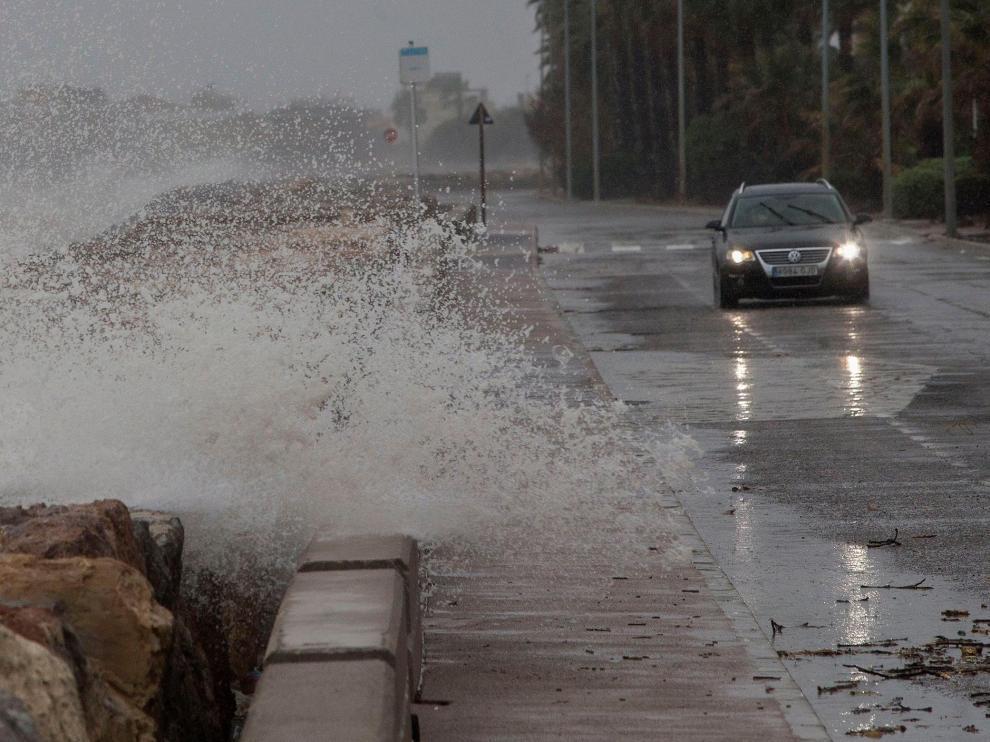 Vista general de la carretera entre Burriana y Nules, en Castellón, azotada por los efectos del temporal.
