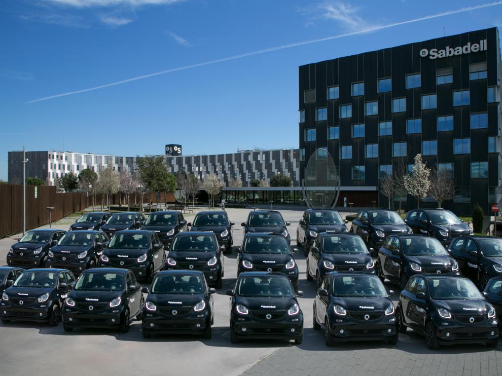 Algunos de los Smart que forman parte de la flota de vehículos de renting de Banco Sabadell.