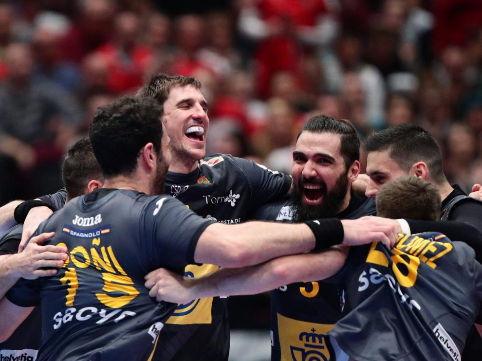 Los jugadores de la selección española de balonmano celebran el pase a semifinales del Europeo