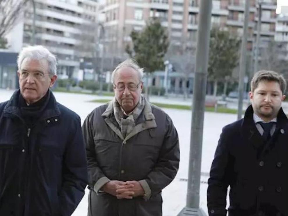 El exgerente del Osasuna, Ángel Vizcay (centro), a su llegada al Palacio de Justicia de Pamplona.