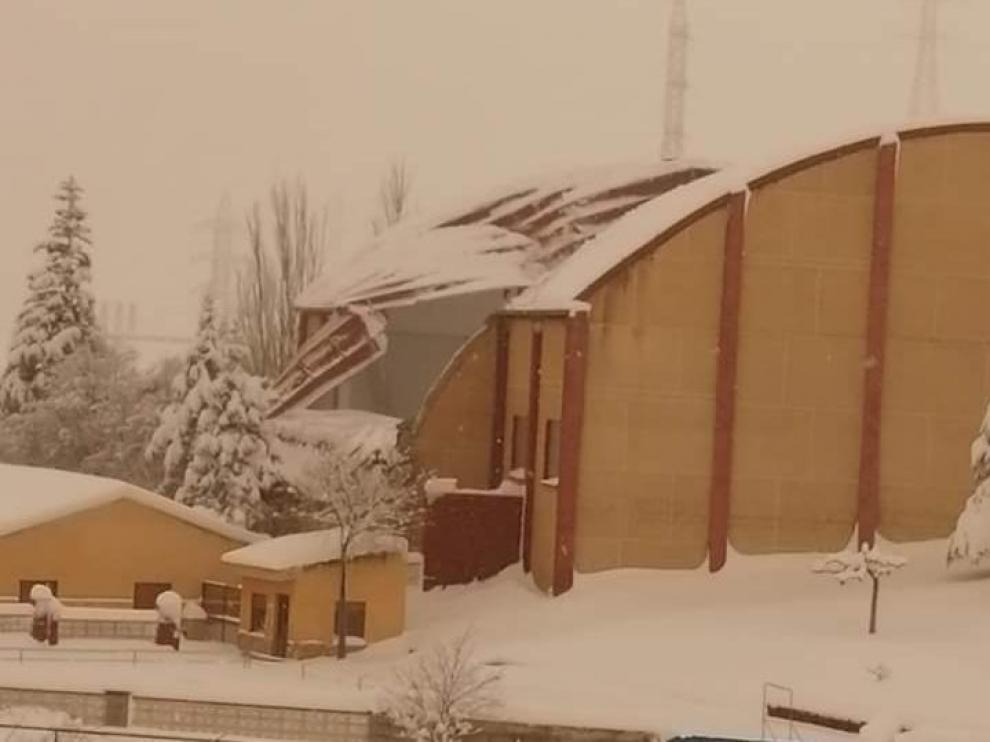 El techo del pabellón de Escucha, hundido por la nieve.