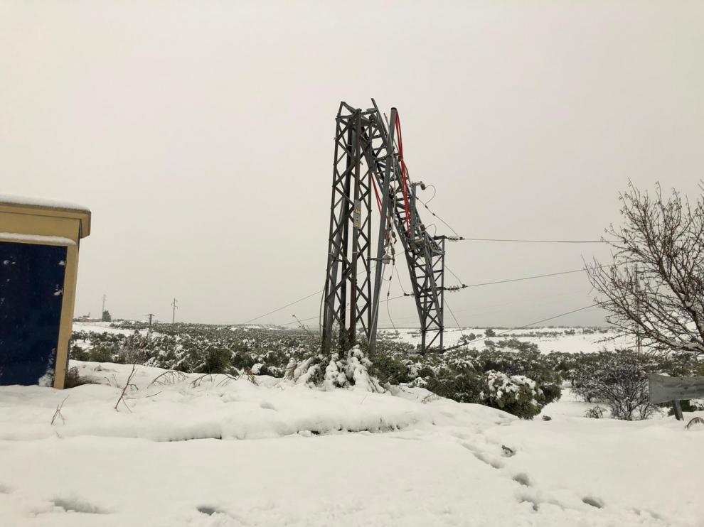Poste de suministro eléctrico en Calanda afectado por la nieve