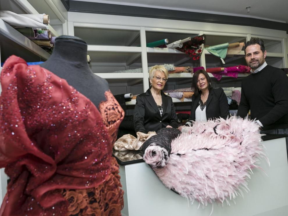 Aurora Villalba, Chus Sanz y Marcos Samitier en la tienda de Zaragoza.