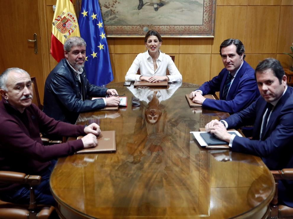 La ministra de trabajo, Yolanda Díaz, con los representantes de CC. OO., UGT, CEOE y Cepyme.