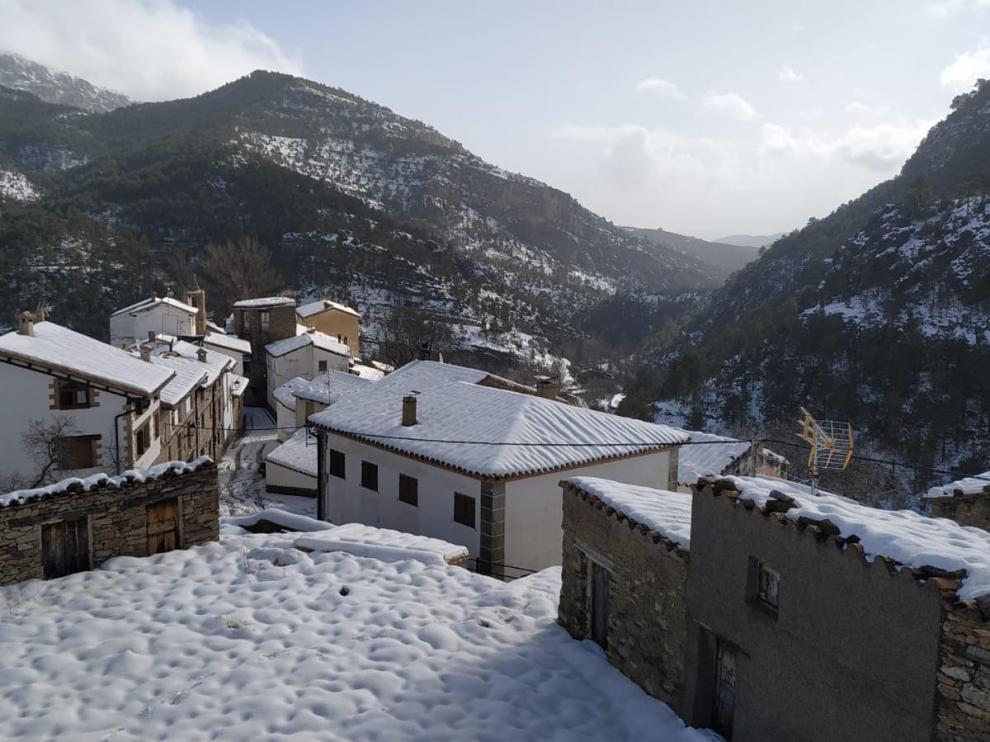 Nevada en Castelvispal, una pedanía de Linares de Mora (Teruel) que ha quedado incomunicada por la nevada.