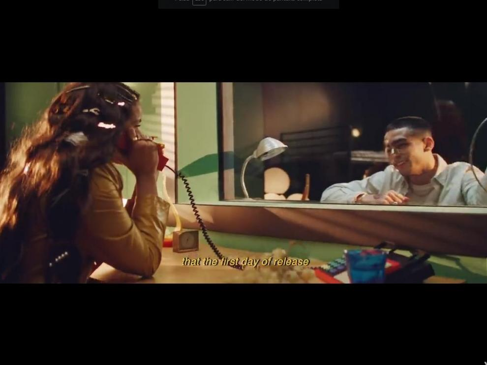 Rosalía y el actor Omar Ayuso en una escena del videoclip en la que aparecen juntos.