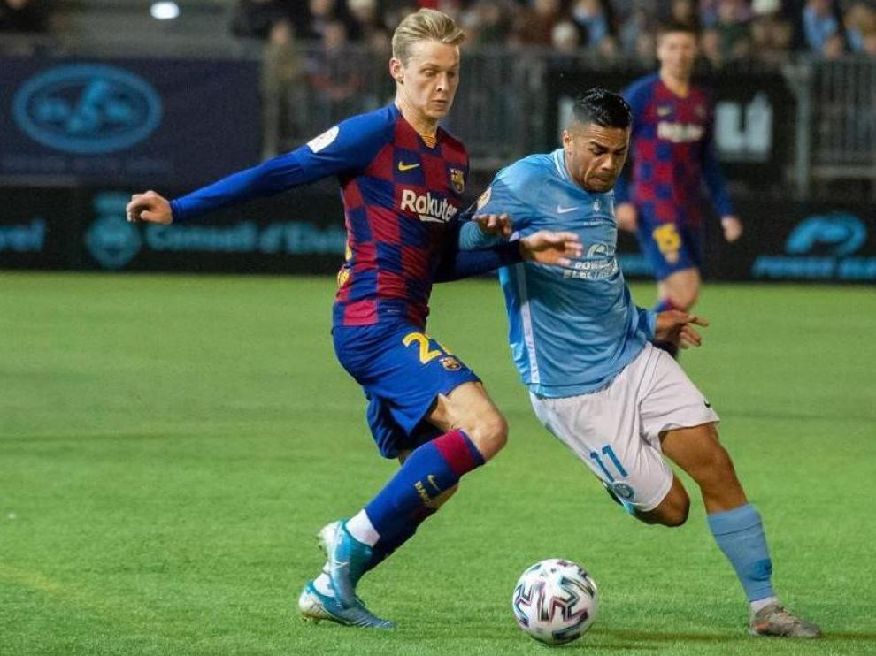 Raí Nascimento regatea a De Jong en el Ibiza-FC Barcelona de Copa de este pasado miércoles.