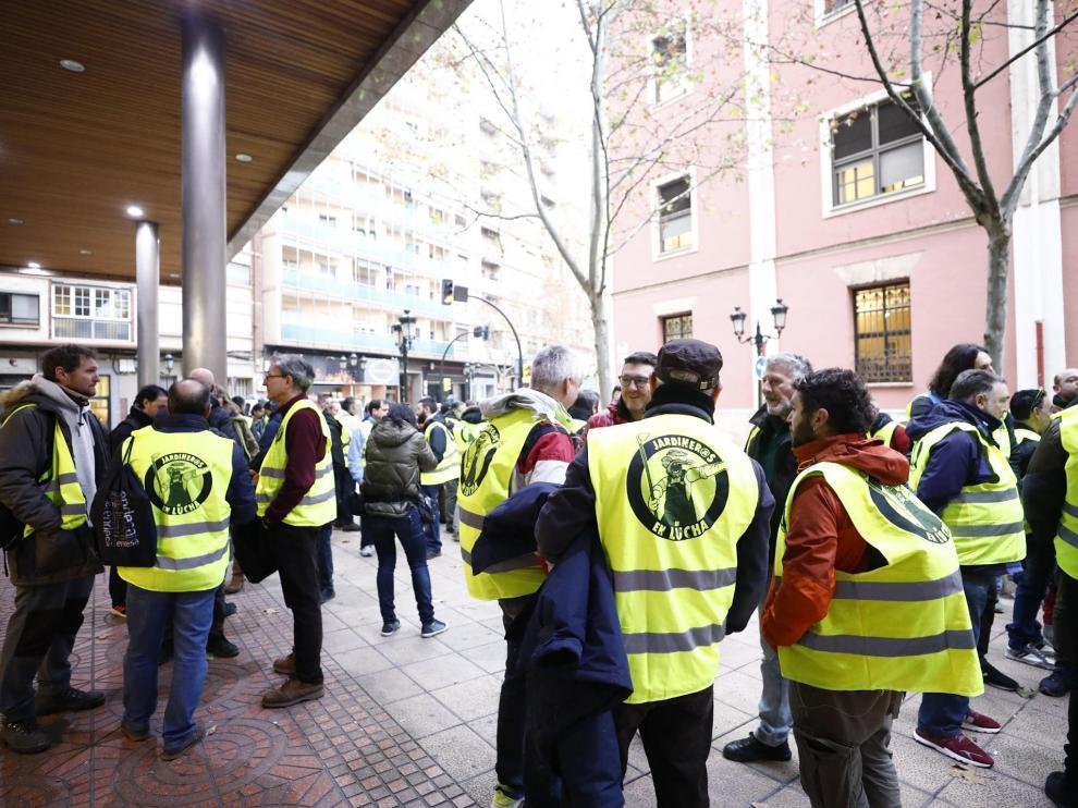 Trabajadores de FCC Parques y Jardines del Ayuntamiento de Zaragoza a las puertas del SAMA