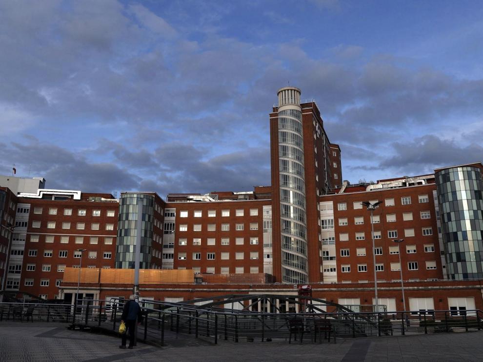 Vista general del Hospital de Cruces de Bilbao, en el que una mujer está ingresada en régimen de aislamiento