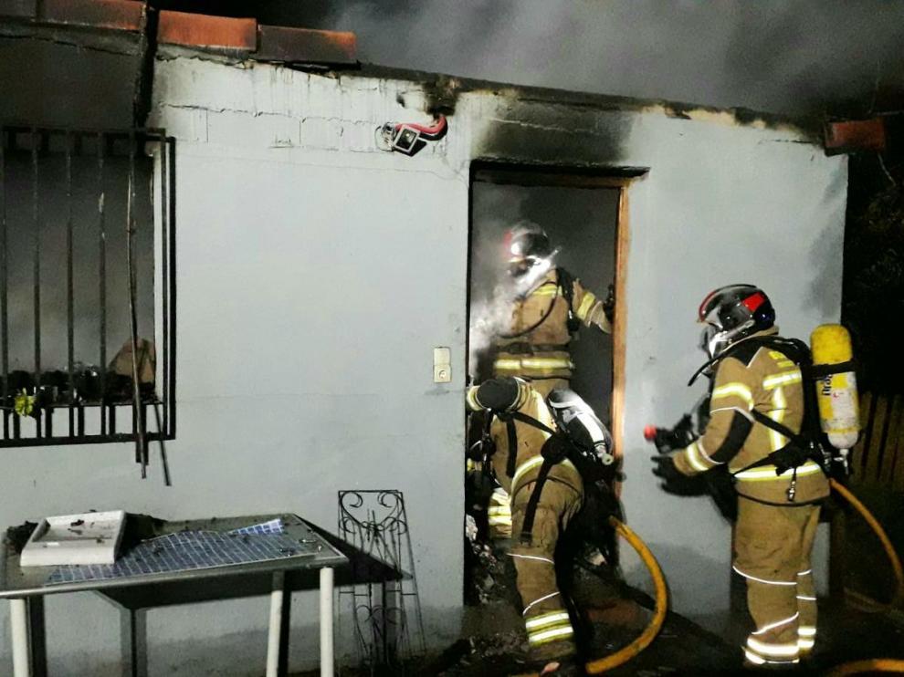 Bomberos de la DPZ durante las labores de extinción del incendio en una vivienda de Alfajarín.