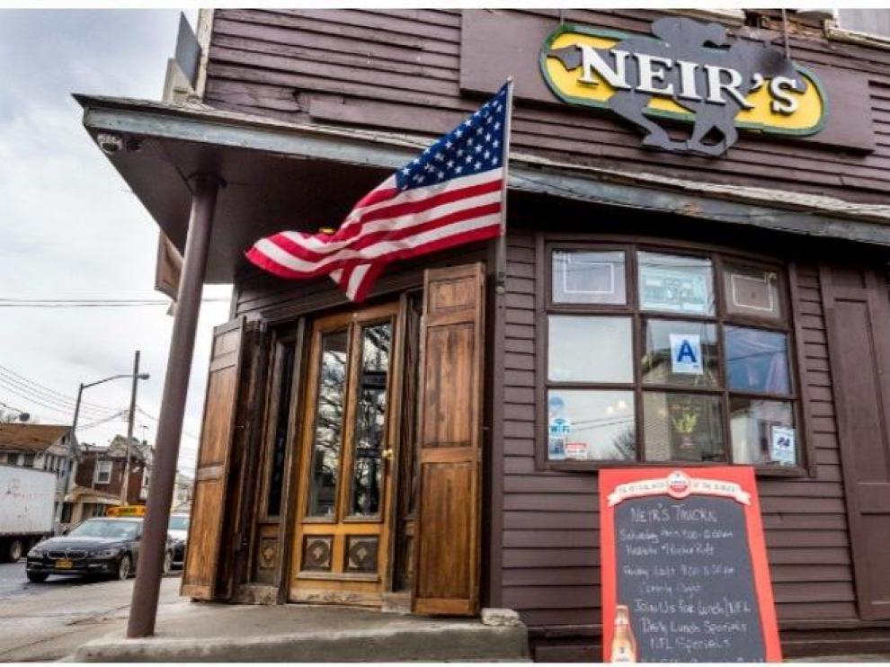 Imagen de la fachada de Neir's Taver en Queens. Twitter.