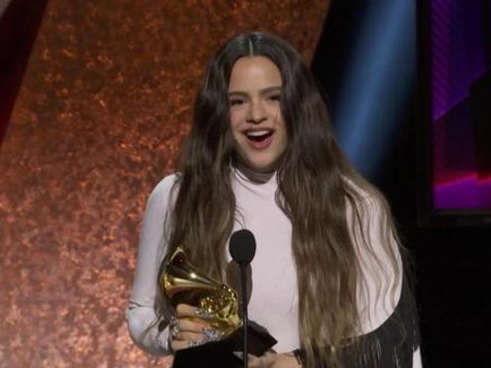 Rosalía recibiendo el premio