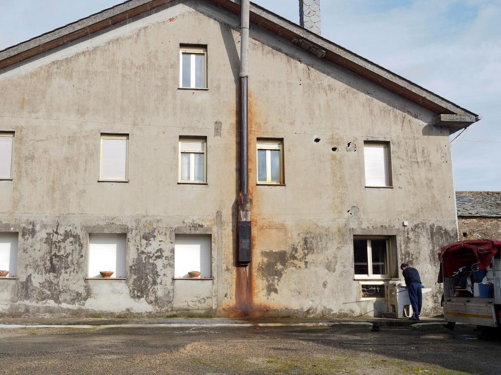 Vista del domicilio donde fue encontrado el cadáver de la mujer, de 79 años, presuntamente asesinada por su marido en A Pastoriza (Lugo).