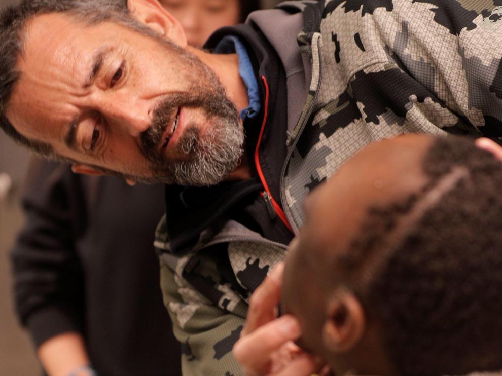 El cirujano Pedro Cavadas observa la cara de Emmanuelle, el niño congoleño de 10 años al que ha extirpado un tumor cráneo facial no maligno.