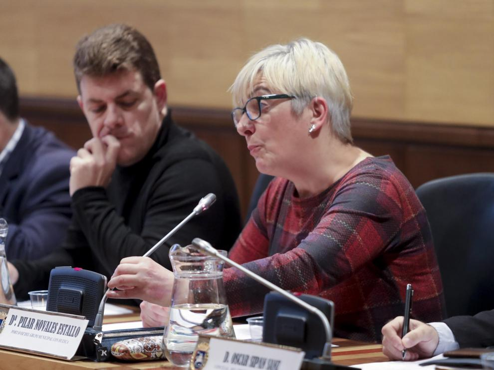 En primer término, Pilar Novales, portavoz del grupo Con Huesca.