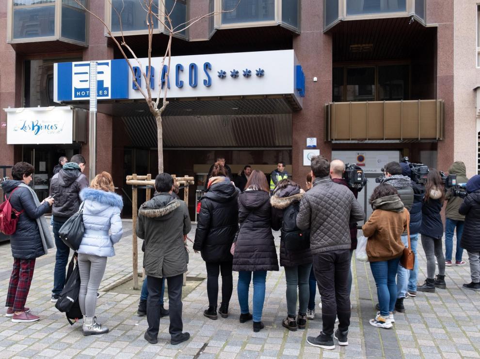 La puerta del hotel donde este lunes ha aparecido muerta una niña en Logroño.