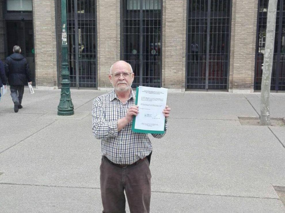 José Antonio Monzón, delegado en Zaragoza de la Asociación Aragonesa de Guiñote Guiñarte, con la solicitud a la DGA.