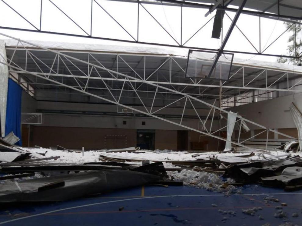 Pabellón polideportivo de Valderrobres, hundido bajo el peso de la nieve.