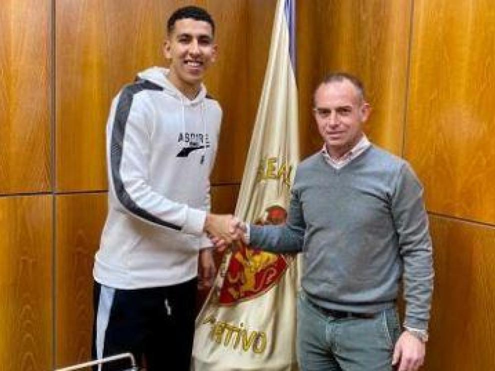 Jawad El Yamiq, al mediodía de este miércoles, 29 de enero, tras firmar su contrato con el Real Zaragoza en la sede del club en La Romareda.