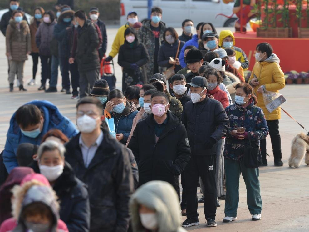 Nanjing (China), 29/01/2020.- People line up outside a drugstore to buy medical masks in Nanjing, Jiangsu province, China, 29 January 2020. According to media reports, coronavirus, which in severe cases causes pneumonia, killed 132 people and infected nearly 6,000, mainly in China. Governments around the world are taking preventative measures to health the spread of the virus. EFE/EPA/FANG DONGXU CHINA OUT China's shortage of masks continues in cities.