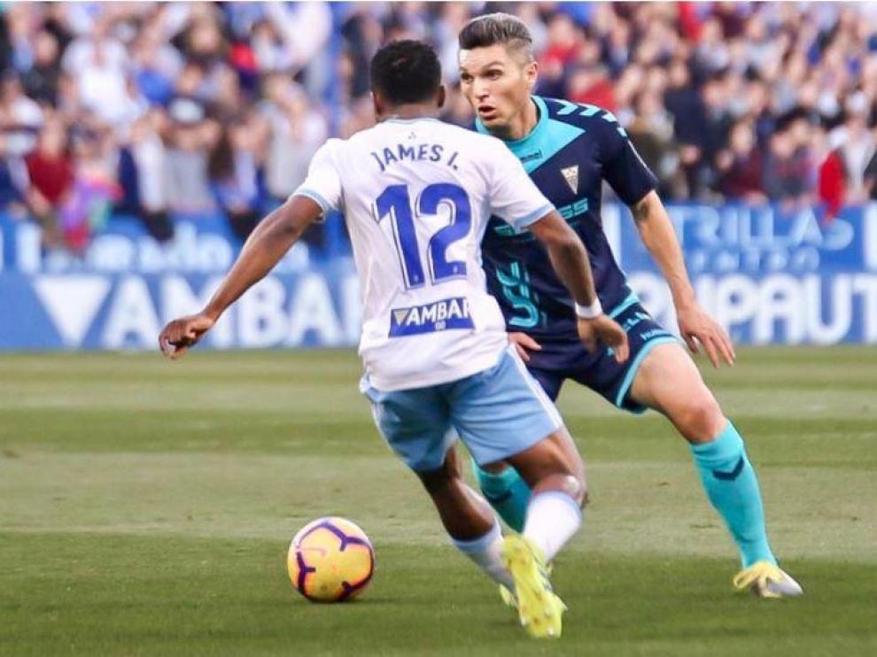 Dani Torres, con el Albacete (jugó cedido el año pasado allí por el Alavés) en el partido de la temporada anterior en La Romareda (0-0), disputa un balón a Igbekeme.