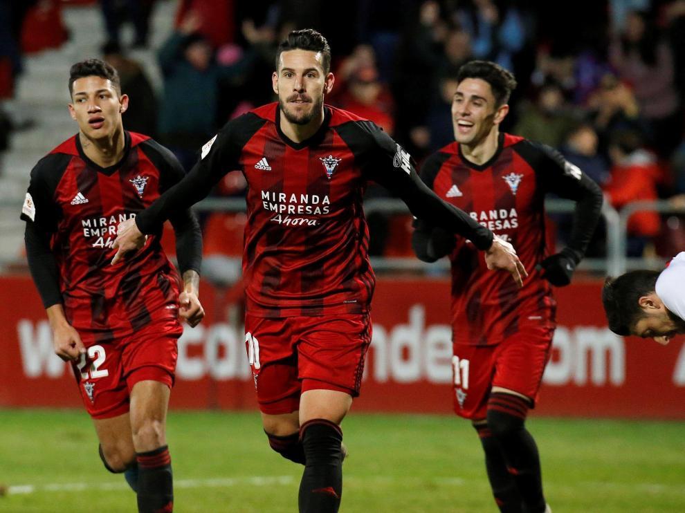 El centrocampista del Mirandés Álvaro Rey (2-i) celebra tras marcar el tercer gol ante el Sevilla, durante el partido de octavos de final de la Copa del Rey