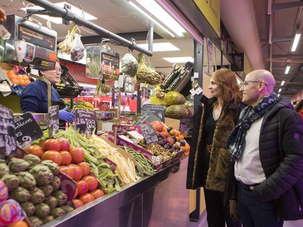 La concejal de Economía, Carmen Herrarte, y el presidente de la Asociación de Detallistas, José Carlos Gran, durante su visita al mercado provisional.