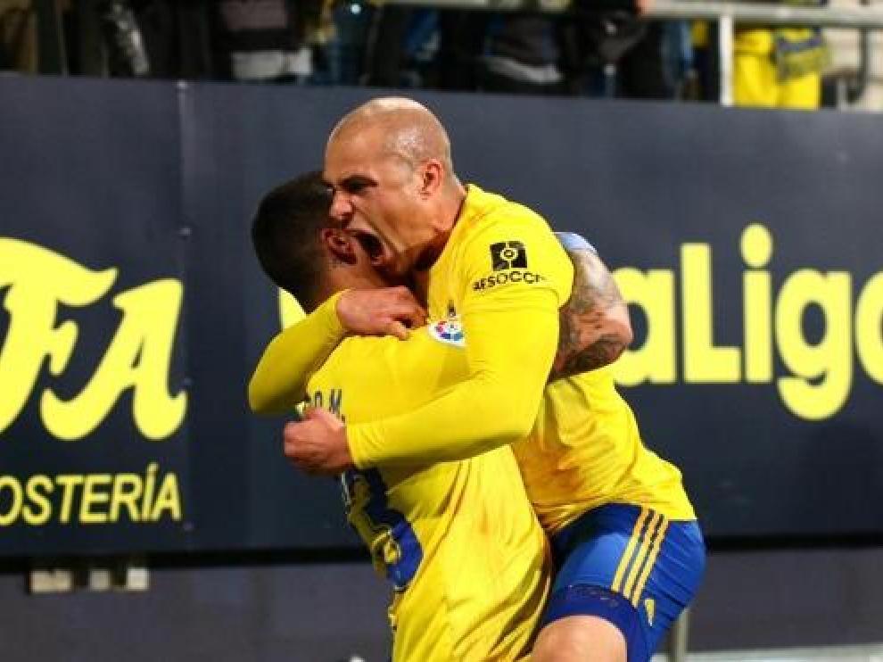 Jorge Pombo celebra un gol con un compañero en el Ramón de Carranza.