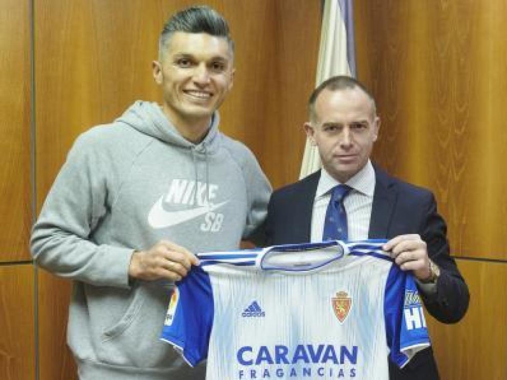 Dani Torres posa en las oficinas del club junto al presidente Lapetra.