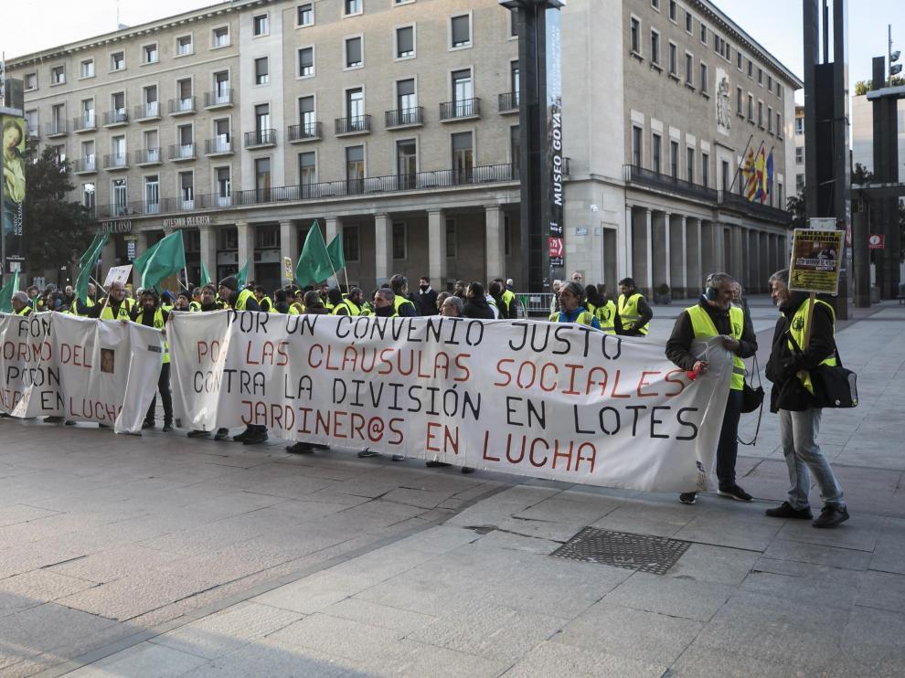 Concentración de los jardineros municipales la mañana de este viernes a las puertas del Ayuntamiento de Zaragoza.
