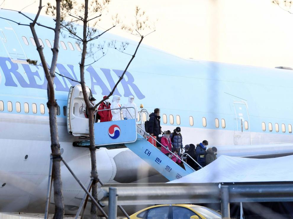 Gimpo (Korea, Republic Of), 31/01/2020.- People disembark from South Korea's first evacuation plane, carrying 367 nationals, arriving from the coronavirus-hit Chinese city of Wuhan, at Gimpo International Airport in Gimpo, South Korea, 31 January 2020. On 30 January, South Korea reported its sixth confirmed case of novel coronavirus. The virus originated in the Chinese city of Wuhan and has so far killed at least 213 people, infecting over 8,000 others, mostly in China. (Corea del Sur) EFE/EPA/YONHAP SOUTH KOREA OUT Wuhan evacuees arrive in South Korea