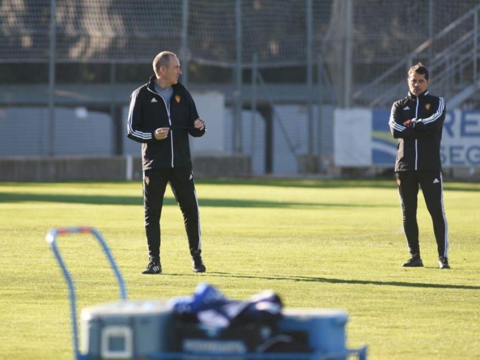 Víctor Fernández, con su ayudante, José Luis R. Loreto, en la matinal de este viernes durante el entrenamiento del Real Zaragoza.
