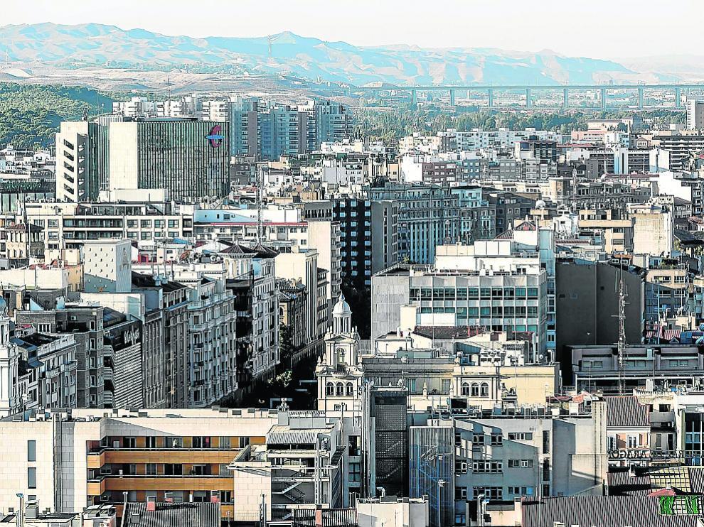Vista aérea de edificios de viviendas y oficinas del centro de Zaragoza