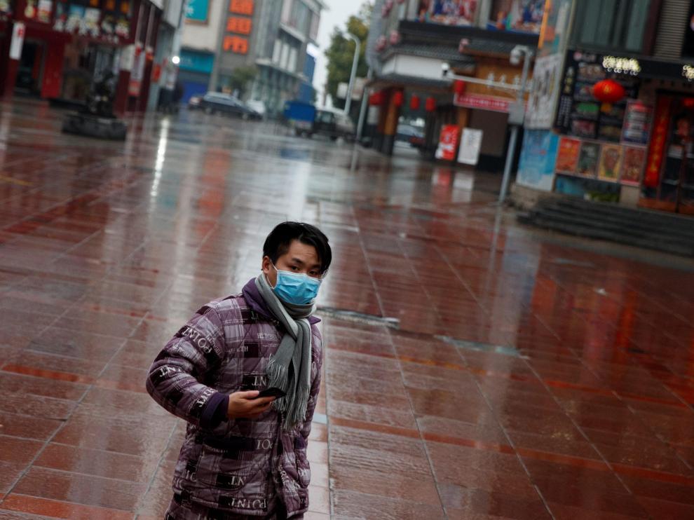 Un hombre con una máscara en un centro comercial de Jiujiang.