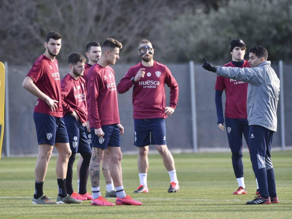 Los jugadores de la SD Huesca atienden a Míchel durante un entrenamiento