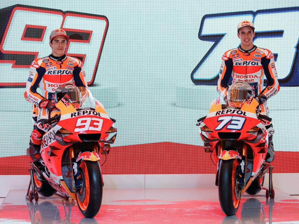 Marc Márquez y su hermano Álex posan en la presentación del equipo de Moto GP de Repsol Honda en Indonesia