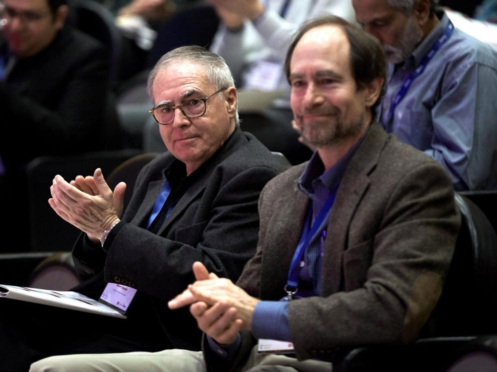 El catedrático de microbiología de la Universidad de Barcelona, Alfred Bosch (i) y el director jefe de Molecular Diversity Preservation International (mdpi) Eric O. Freed, asisten en Barcelona al Congreso Virus 2020.