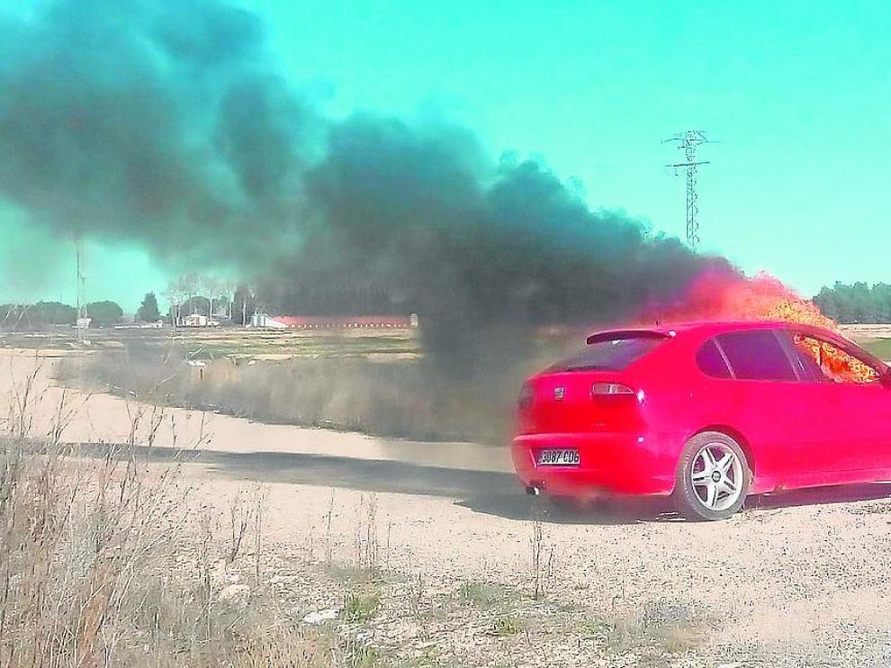 El coche del presunto agresor ardía ayer por la mañana en un camino de Tauste.