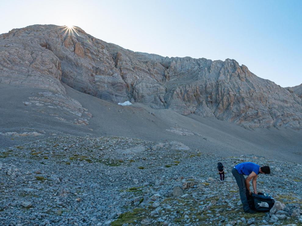 Dos científicos accediendo al glaciar rocoso de Cotiella.